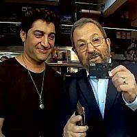Capture écran d'une vidéo d'Ehud Barak expliquant comment utiliser une carte de crédit. (Twitter)