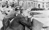 Des résistants français tirent sur les Allemands au cours de la bataille pour la libération de Paris. (Crédit photo : Domaine public)