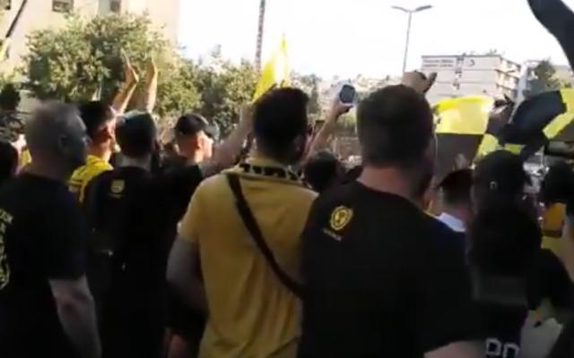 Des supporters du Beitar Jerusalem scandent des slogans contre Ali Mohamed durant un match d'entraînement, le 10 juillet 2019. (Crédit : Twitter)