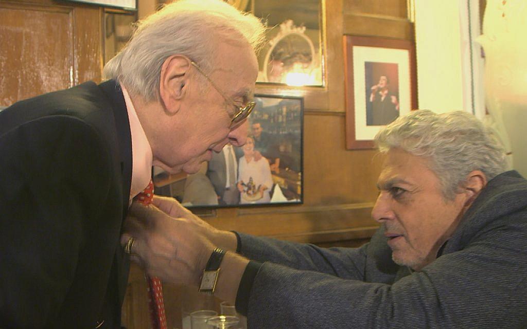 """Le chanteur Enrico Macias redresse la cravate de son compère du film """"Les Magnifiques"""", le comédien Robert Castel. (Autorisation : Yves Azeroual)"""