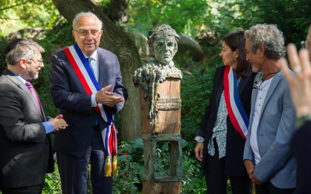 Mardi 2 juillet, un buste en hommage à Elie Wiesel a été inauguré dans le jardin dédié à sa mémoire, le squaredu Temple -Elie-Wiesel, dans le 3e arrondissement de Paris. (Crédit photo : Anne Hidalgo / Twitter)