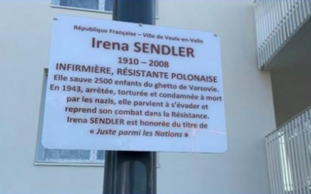 Dévoilement d'une plaque au nom de Iréna Sendler, Juste parmi les Nations. (Crédit photo : CRIF Rhône-Alpes)