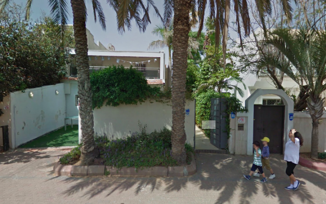L'entrée de la synagogue Ahavat Israel, située au 90 rue Wingate, à Herzliya. (Capture d'écran Google Maps)