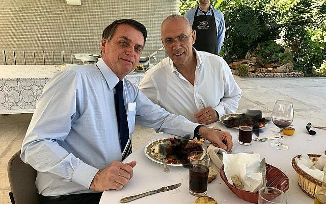 L'ambassadeur israélien au Brésil Yossi Shelley (d) et le président brésilien Jair Bolsonaro, à Brasilia, le 7 juillet 2019. (Crédit : ambassade israélienne au Brésil)