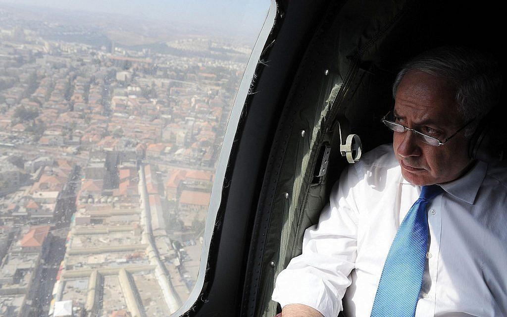 Le Premier ministre Benjamin Netanyahu en hélicoptère au-dessus de la région centrale d'Israël, le 23 juin 2010. (Haim Zach/GPO)
