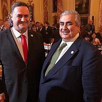 Le ministre des Affaires étrangères israélien Israel Katz et son homologue bahreïni Khalid bin Ahmed Al-Khalifa, à droite, posent pour une photo au département d'Etat à Washington, le 17 juillet 2019 (Autorisation)