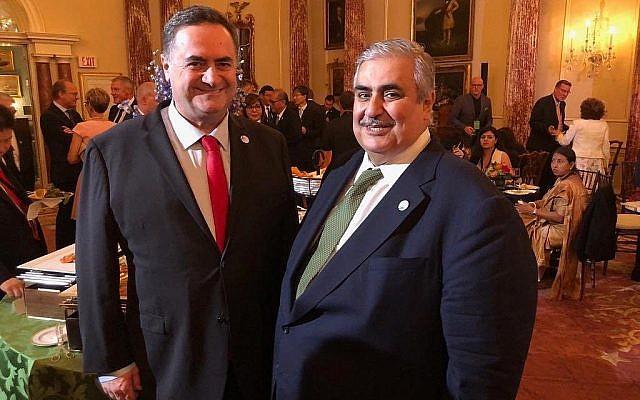 Le ministre des Affaires étrangères israélien Israel Katz et son homologue bahreïni Khalid bin Ahmed Al-Khalifa, (à droite), posent pour une photo au Département d'Etat à Washington, le 17 juillet 2019. (Autorisation)