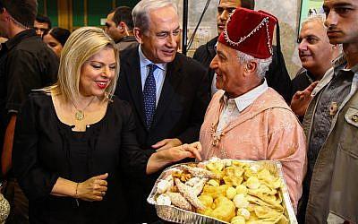 Le Premier ministre Benjamin Netanyahu et son épouse Sara participent à une célébration de la Mimouna juive marocaine à Or Akiva, le 21 avril 2014. (Avishag Shaar Yashuv/POOL/FLASH90)