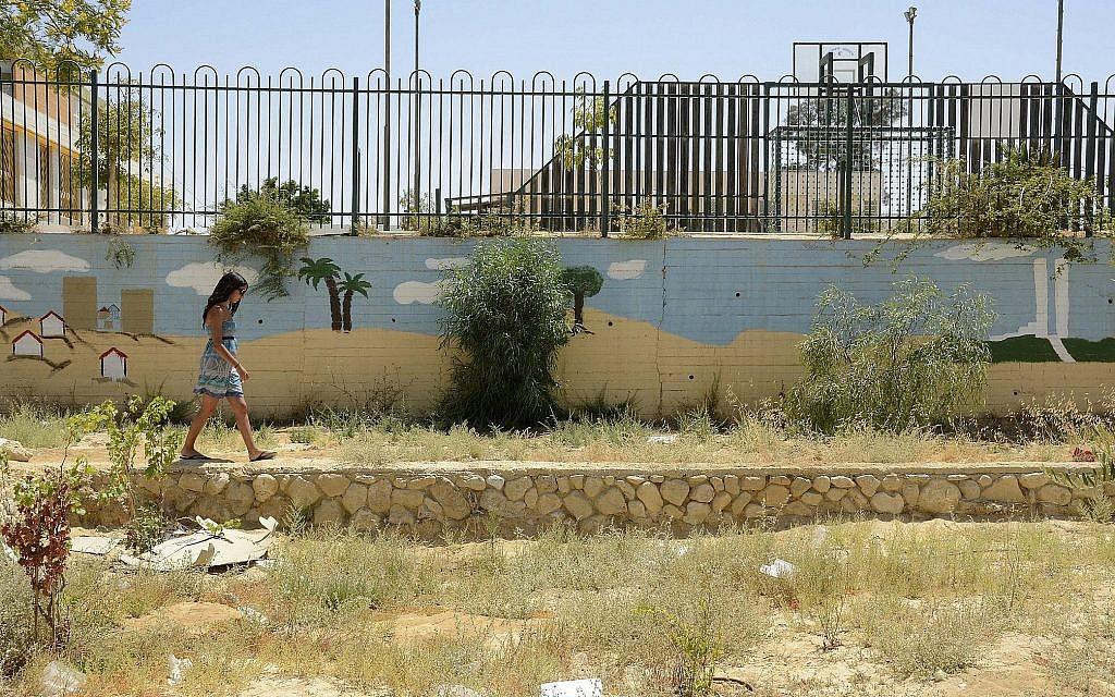 Une jeune femme longe une fresque murale dans un jardin de Yerucham, le 28 juin 2014. (Zoe Vayer/Flash90)
