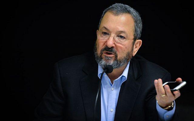 L'ex-Premier ministre et ministre de la Défense Ehud Barak pendant un événement marquant le lancement de l'application Reporty à Tel Aviv, le 16 mars 2016 (Crédit : Flash90)