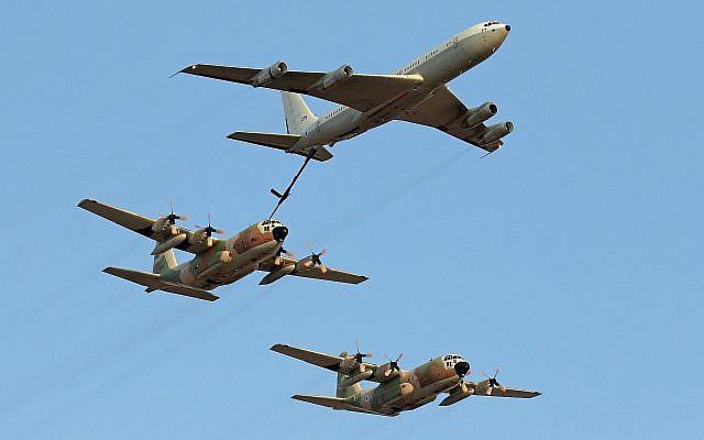 Un Boeing 707 de ravitaillement et des avions de transport C-130 Hercules font une démonstration lors d'une cérémonie pour les soldats diplômés de la formation de vol de l'armée de l'air, sur la base aérienne Hatzerim dans le désert du Negev, le 28 juin 2016 (Crédit :  Ofer Zidon/Flash90)