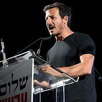 Avi Buskila, alors directeur général de La Paix maintenant, intervient lors d'un rassemblement sur la place Rabin, à Tel Aviv, le 27 mai 2017. (Crédit : Gili Yaari/Flash90)