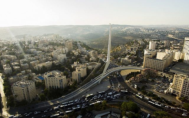 Vue aérienne du pont des Cordes, à l'entrée de la ville de Jérusalem, le 10 juillet 2017 (Crédit : Gidi Avinary/FLASH90)