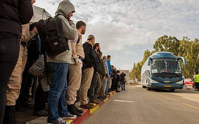 Des Israéliens attendent des navettes vers  Tel Aviv à l'arrêt de train Beit Yehoshua, le 18 février 2018 (Crédit : Flash90)