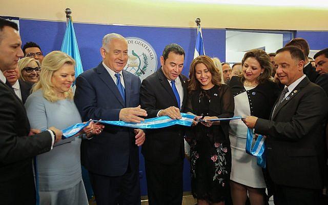 Le Premier ministre Benjamin Netanyahu (3e-G), le président guatémaltèque Jimmy Morales (C) et la ministre guatémaltèque des Affaires étrangères Sandra Jovel (2D) lors de l'inauguration officielle de l'ambassade du Guatemala à Jérusalem, le 16 mai 2018. (Marc Israel Sellem/Pool/Flash90)