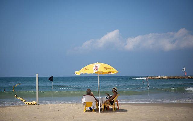 Des gens profitent de la plage à Tel Aviv, par une chaude journée d'été, le 29 août 2018. (Miriam Alster/FLASH90)