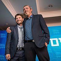 Rafi Peretz, à droite, et Bezalel Smotrich de l'Union des partis de droite lors d'un événement de campagne à Jérusalem, le 11 mars 2019 (Crédit : Yonatan Sindel/Flash90)