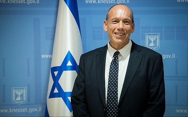Matanyahu Englman lors d'une conférence de presse à la Knesset après sa nomination au poste de contrôleur de l'Etat, le 3 juin 2019 (Crédit : Yonatan Sindel/Flash90)