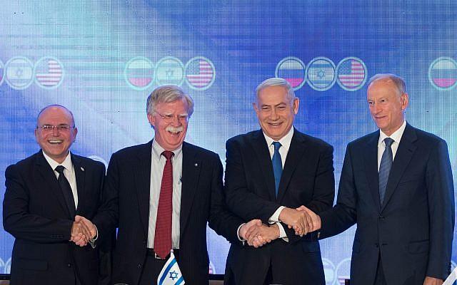 Le Premier ministre israélien Benjamin Netanyahu, le conseiller à la sécurité nationale américain John Bolton, deuxième à gauche, Nikolai Patrushev, secrétaire du conseil de la sécurité russe, à droite, et le conseiller à la sécurité national israélien Meir Ben-Shabbat, à gauche, posent pour une photo lors d'une rencontre trilatérale à l'Orient Hotel de Jérusalem, le 25 juin 2019 (Crédit : Noam Revkin Fenton\Flash90)