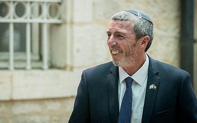 Le ministre de l'Education Rafi Peretz au ministère de l'Education à Jérusalem, le 26 juin 2019 (Crédit : Yonatan Sindel/Flash90)