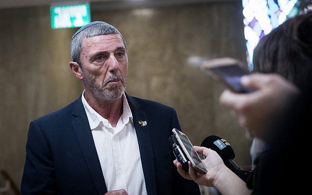 Le ministre de l'Education Rafi Peretz arrive pour la réunion hebdomadaire de cabinet au bureau du Premier ministre de Jérusalem, le 30 juin 2019. (Crédit : Yonatan Sindel/Flash90)
