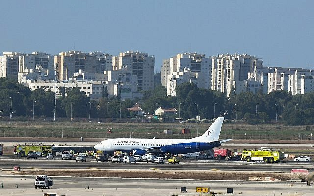 Les sauveteurs rejoignent l'avion Boeing 737 endommagé sur la piste de l'aéroport Ben Gurion peu après son atterrissage en toute sécurité, malgré la crevaison d'un pneu, le 1er juillet 2019. (Flash90)