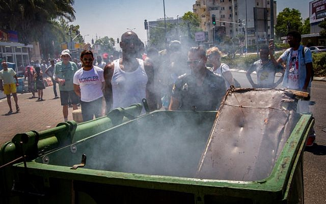 Des militants et des Israéliens issus de la communauté éthiopienne manifestent après que Solomon Tekah a été abattu par un policier  à Kiryat Ata le 1er juillet 2019. (Crédit : Meir Vaknin/Flash90)