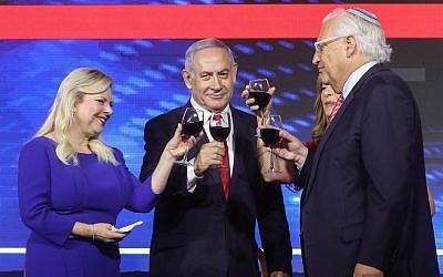Le Premier ministre Benjamin Netanyahu, son épouse Sara, l'ambassadeur américain en Israël David Friedman et sa femme Tammy lors des célébrations du Jour de l'indépendance américaine, à Jérusalem, le 2 juillet 2019. (Crédit : Marc Israel Sellem/Pool)