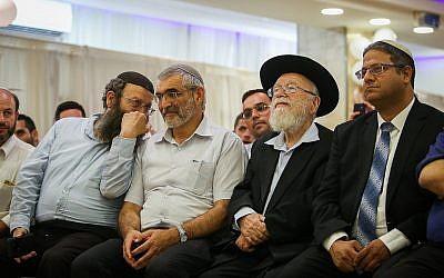 De gauche à droite : Les membres d'Otzma Yehudit  Baruch Marzel, Michael Ben Ari, le rabbin  Dov Lior et Itamar Ben Gvir lors du lancement de la campagne du parti extrémiste à Jérusalem, le 4 juillet 2019 (Crédit :  Yonatan Sindel/Flash90)