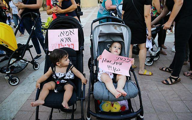 Manifestations contre les violences contre les enfants dans les garderies, à Ashdod, le 7 juillet 2019. (Crédit : Flash90 )