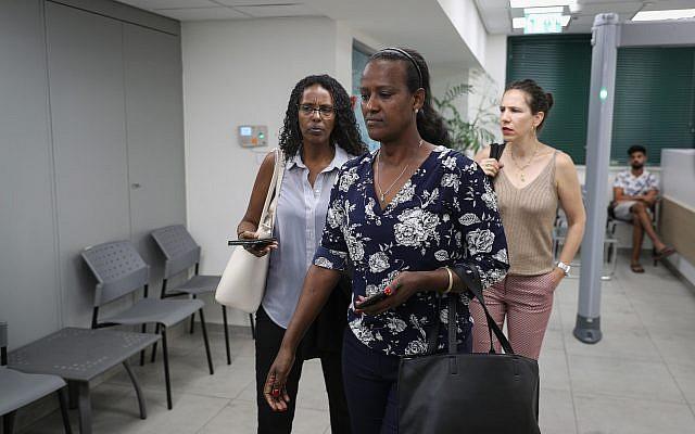 Ora Tasmah et les représentants de la famille de Solomon Tekah, au département des enquêtes internes de a police, à Jérusalem, le 8 juillet 2019. (Crédit : Yonatan Sindel/Flash90)