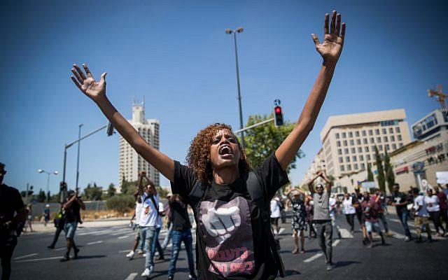 Des Éthiopiens et leurs partisans manifestent contre la violence et la discrimination policières après la mort de l'Éthiopien Solomon Tekah, 19 ans, abattu il y a quelques jours à Kiryat Haim par un policier non en service, le 15 juillet 2019, à Jérusalem. (Yonatan Sindel/Flash90)