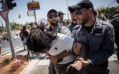 La police arrête des manifestants alors que les Éthiopiens et leurs partisans manifestent contre la violence et la discrimination policières après la mort de l'Éthiopien Solomon Tekah, 19 ans, abattu il y a quelques jours à Kiryat Haim par un policier non en service, le 15 juillet 2019, à Jérusalem. (Yonatan Sindel/Flash90)