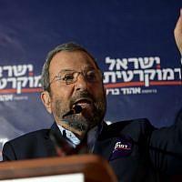 Ehud Barak, chef du Parti démocrate israélien, s'exprime lors d'un événement de campagne électorale à Tel Aviv, le 17 juillet 2019.  (Crédit :  (Gili Yaari/Flash90)