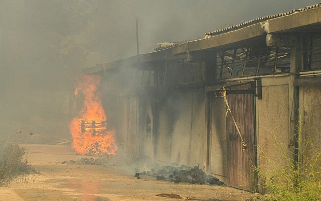 Un bâtiment en feu dans l'implantation de Shavei Shomron en Cisjordanie, le 17 juillet 2019. (Sraya Diamant/Flash90)