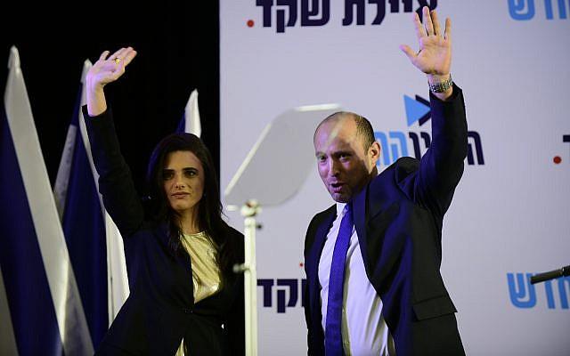 Ayelet Shaked et Naftali Bennett lors d'une conférence de presse à Ramat Gan, où Shaked a annoncé qu'elle avait pris la direction du parti HaYamin HaHadash, le 21 juillet 2019. (Crédit : Tomer Neuberg/Flash90)