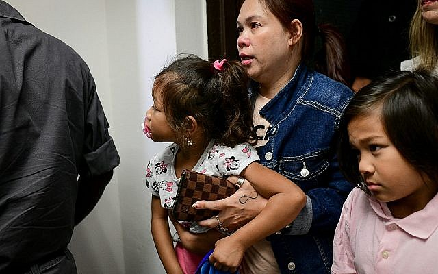 Geraldine Esta et ses enfants Khean et Kathryn arrivent pour une audience du tribunal à Tel Aviv, le 28 juillet 2019 (Crédit :Tomer Neuberg/Flash90)