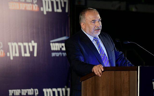 Le leader de Yisrael Beytenu, Avigdor Liberman, lors d'un événement de campagne pour son parti à Tel Aviv, le 30 juillet 2019 (Crédit :  Tomer Neuberg/Flash90)