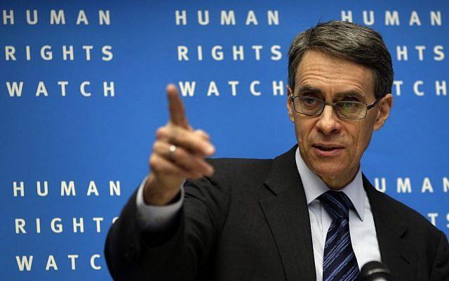 Kenneth Roth, directeur exécutif de  Human Rights Watch, pendant la conférence de presse annuelle de l'ONG à Berlin en Allemagne, le 21 janvier 2014 (Crédit :  AP Photo/Michael Sohn)