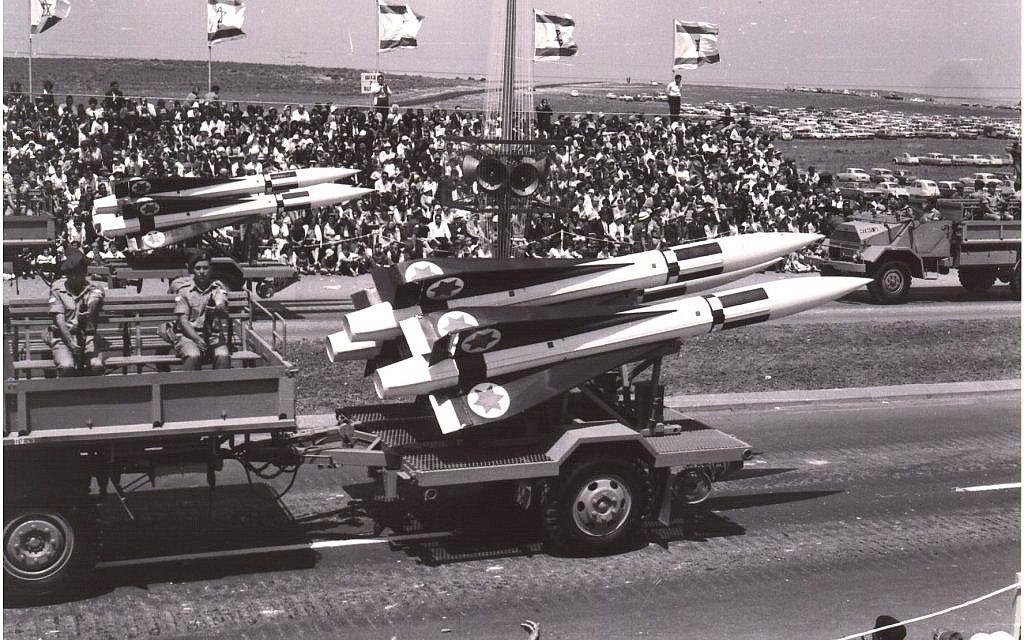 Les missiles de défense aérienne Hawk sont conduits lors d'un défilé militaire à Tel Aviv le jour de l'Indépendance, le 6 mai 1965. (Avraham Amir/Wikimedia)