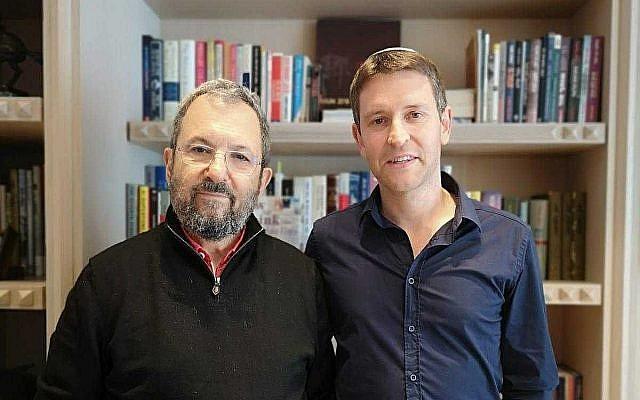 L'ex-candidat du parti Travailliste Yair Fink, à droite, avec l'ex-Premier ministre Ehud Barak, le 30 juin 2019 (Autorisation)