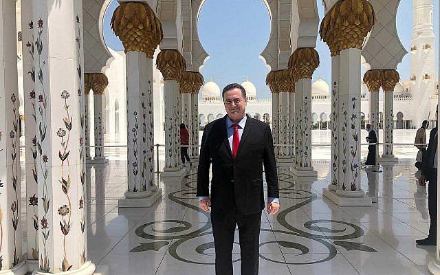 Le ministre des Affaires étrangères Israel Katz au centre de la grande mosquée Sheikh Zayed à Abu Dhabi (Autorisation : Bureau de Katz)