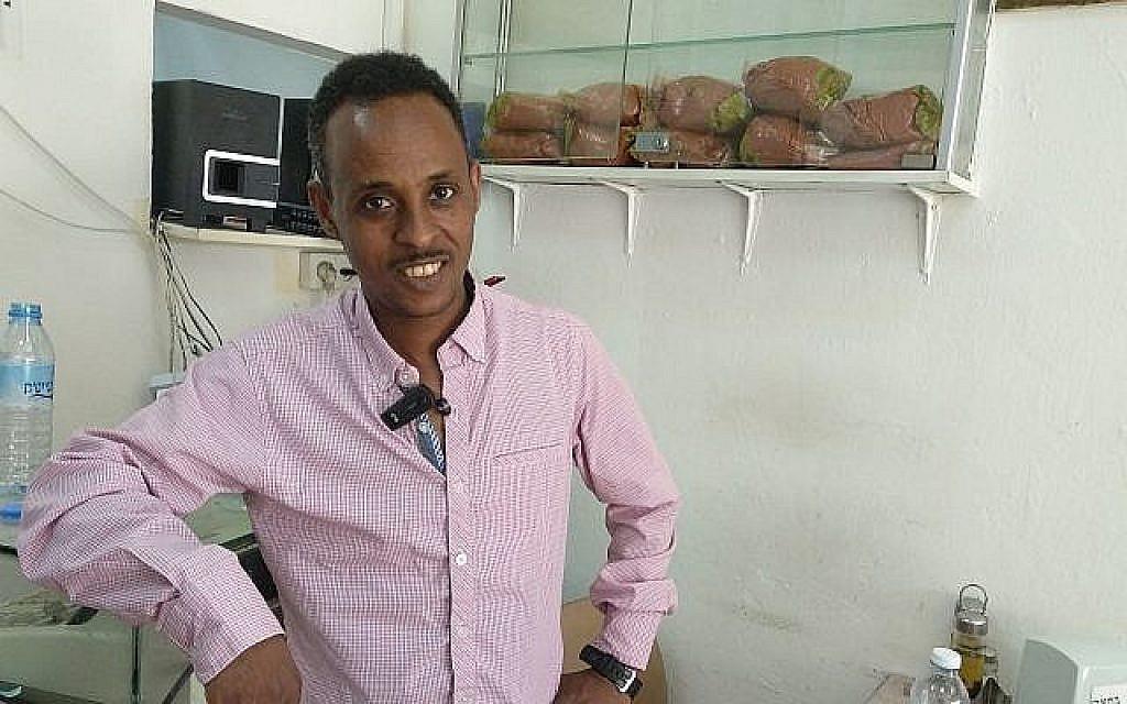 Tsegay Berhe, artiste érythréen, à Tel Aviv le 9 juillet 2019. (Melanie Lidman/Times of Israel)