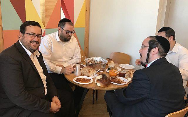 Moshe Friedman de KamaTech, (à gauche), participant à un happy hour à Ampersand, un espace de travail partagé Haredi à Bnei Brak, le 4 juillet 2019. (Shoshanna Solomon/Times of Israel)