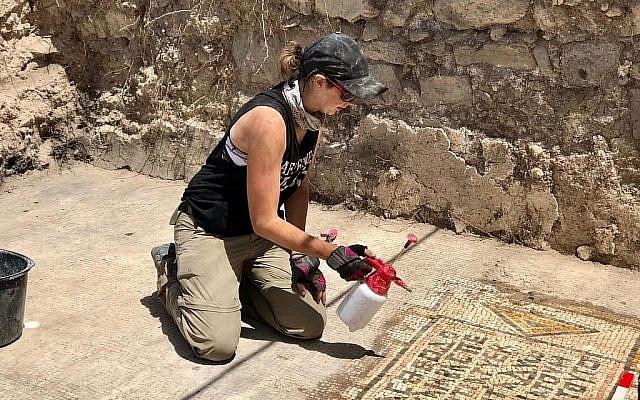 """Jessica Rentz, responsable du site, nettoie une mosaïque à """"l'église brûlée"""" dans le cadre du projet de fouilles Hippos-Sussita dans le parc national Susita, été 2019. (Autorisation)"""