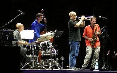 """Concert de """"Masada"""": Joey Baron,, Greg Cohen (b), Dave Douglas, et, John Zorn (au saxophone). (Crédit : CC BY 2.0)"""