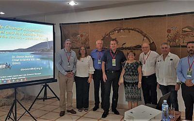 Doron Markel, à gauche, avec les membres de la communauté juive de Cuba et les leaders du KKL-JNF à la Havane, à Cuba, en juillet 2019 (Autorisation : KKL-JNF)