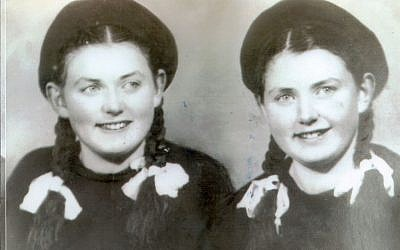 Les jumelles Miriam (g) et Eva Mozes, en Roumanie, en 1949. (Autorisation)