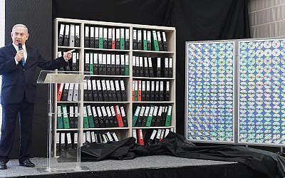 Le Premier ministre Benjamin Netanyahu présente des documents dont il dit qu'ils ont été obtenus par les services de renseignement israéliens à partir des archives sur les armes nucléaires de l'Iran, à Tel Aviv, le 30 avril 2018. (Amos Ben-Gershom (GPO))