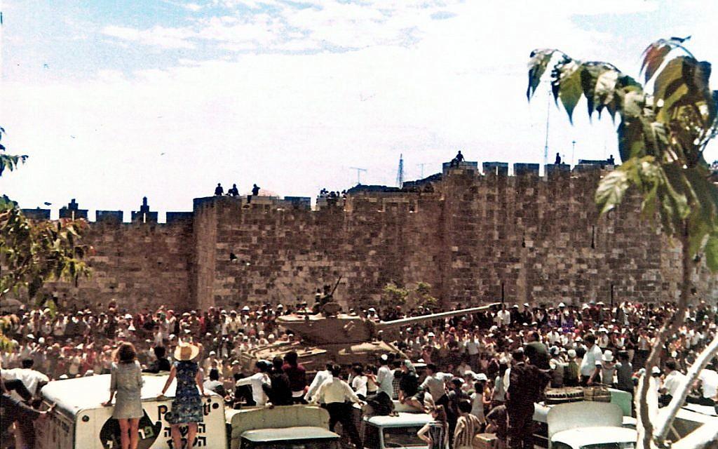 Des soldats et des chars israéliens participent à un défilé militaire à l'extérieur de la Vieille Ville de Jérusalem, le 2 mai 1968, jour de l'Indépendance. (Famille Eldar/Wikimedia/CC BY 2.5)